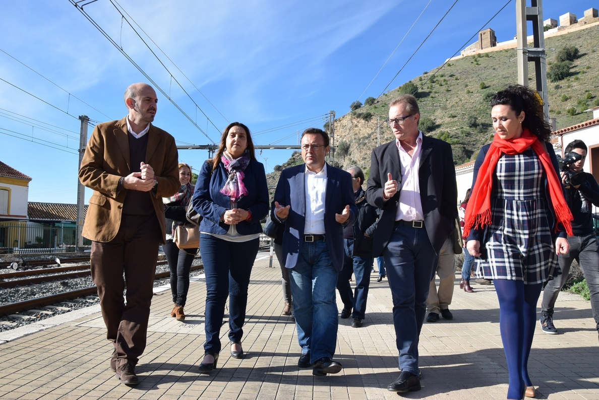 El PSOE se compromete a mejorar las comunicaciones ferroviarias con El Chorro y el Caminito del Rey