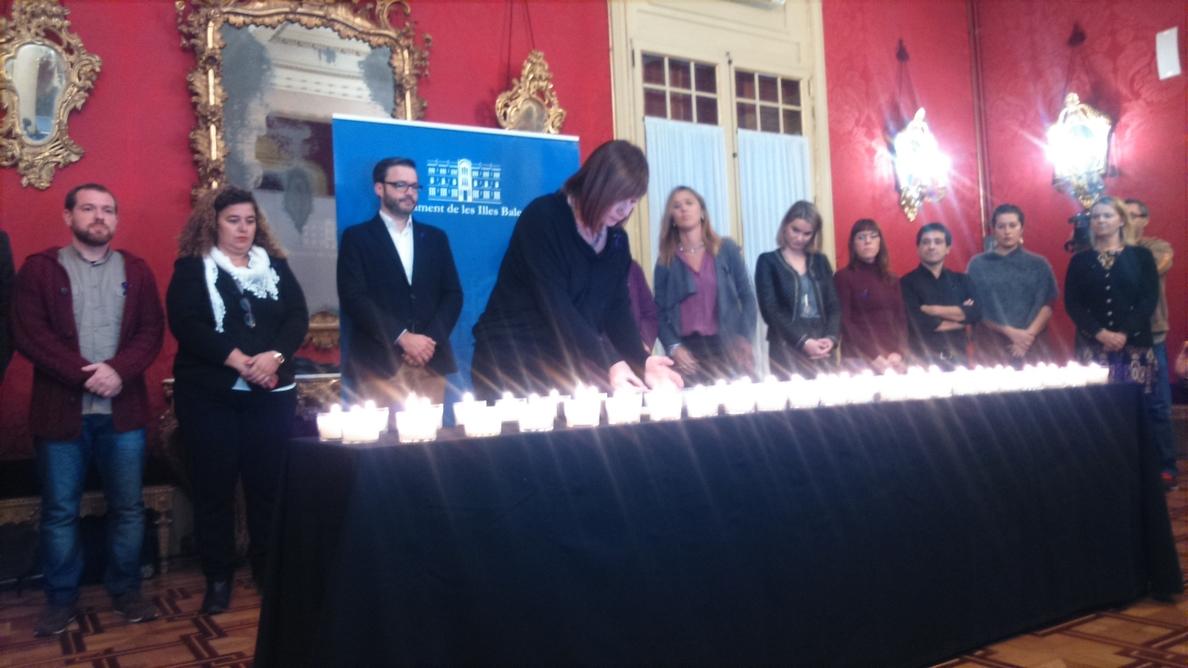 El Parlament enciende 48 velas en recuerdo de las mujeres asesinadas este año por violencia de género
