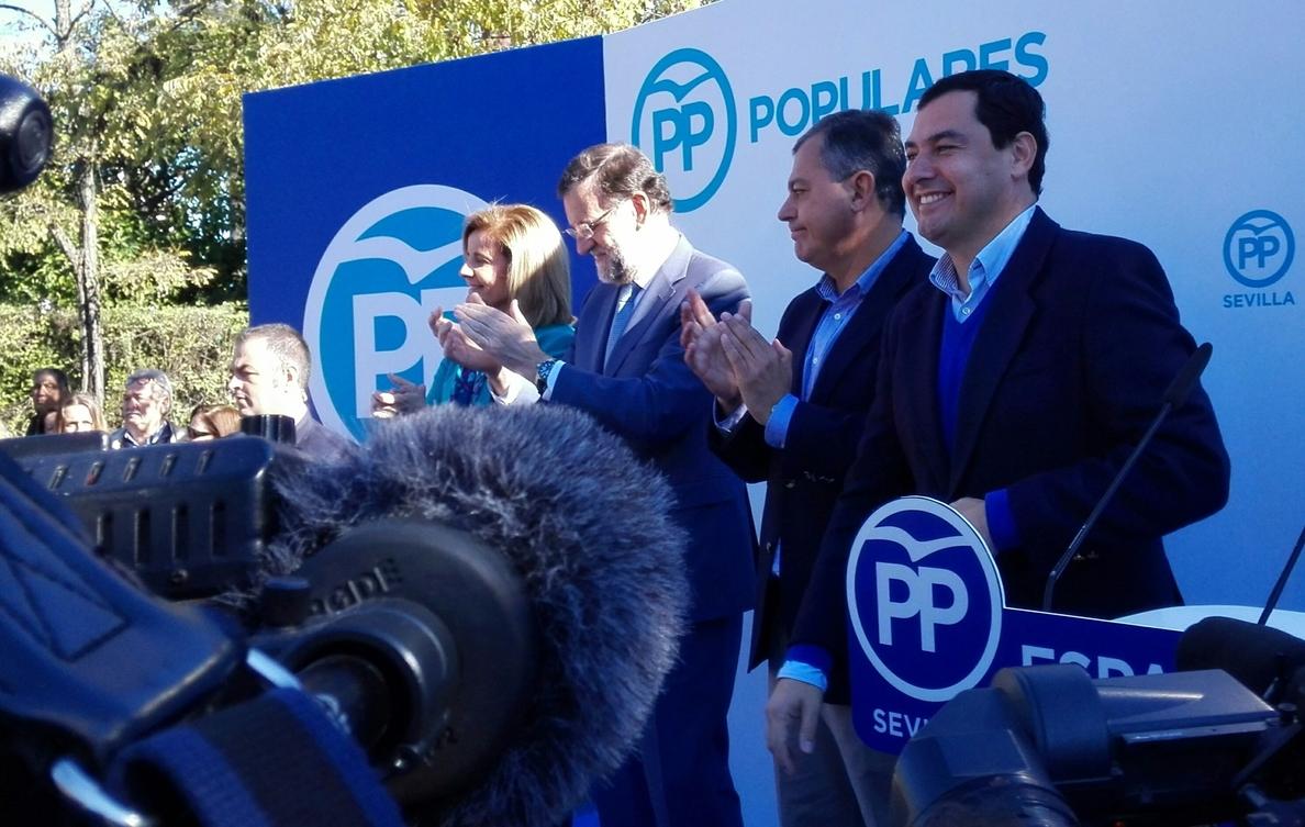Rajoy agradece el «detalle» de las mujeres que le llaman «guapo» en Sevilla y visita la peña del Betis