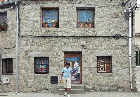 Fresnedillas de la Oliva llena sus calles de color pintando algunas de sus fachadas de piedra con murales artísticos