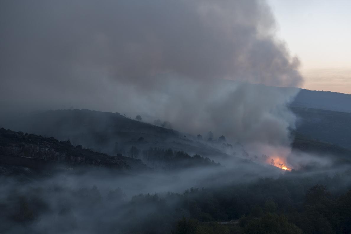 Los dos grandes fuegos de Ourense siguen sin control y surgen más incendios