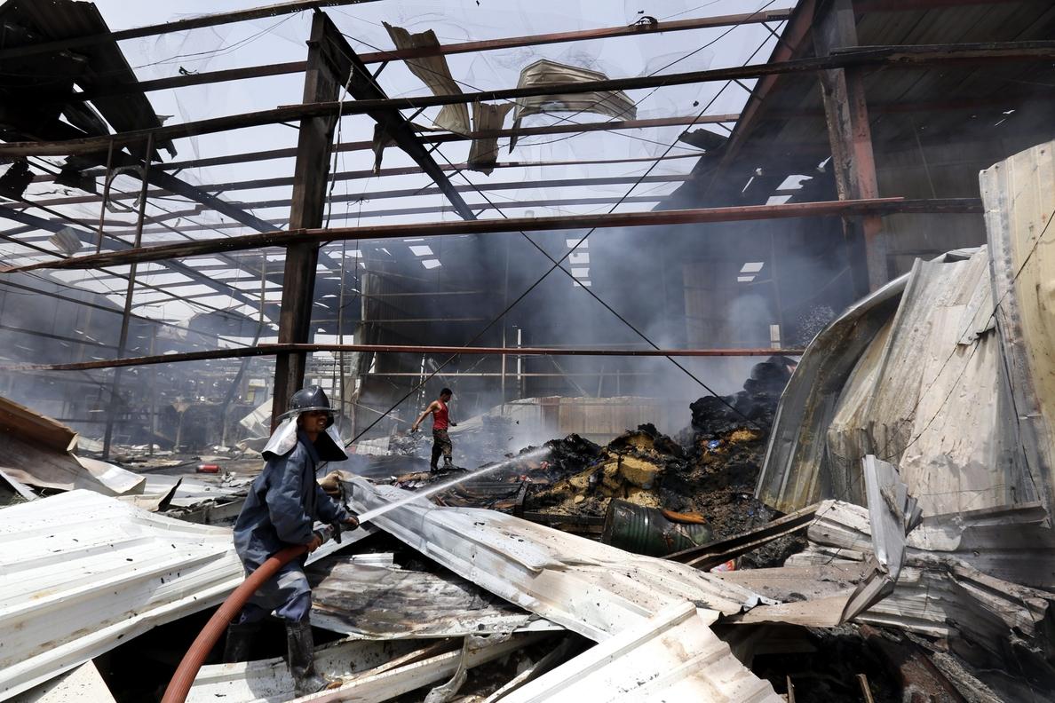Al menos 9 muertos y 70 heridos en incendio de fábrica textil en Bangladesh
