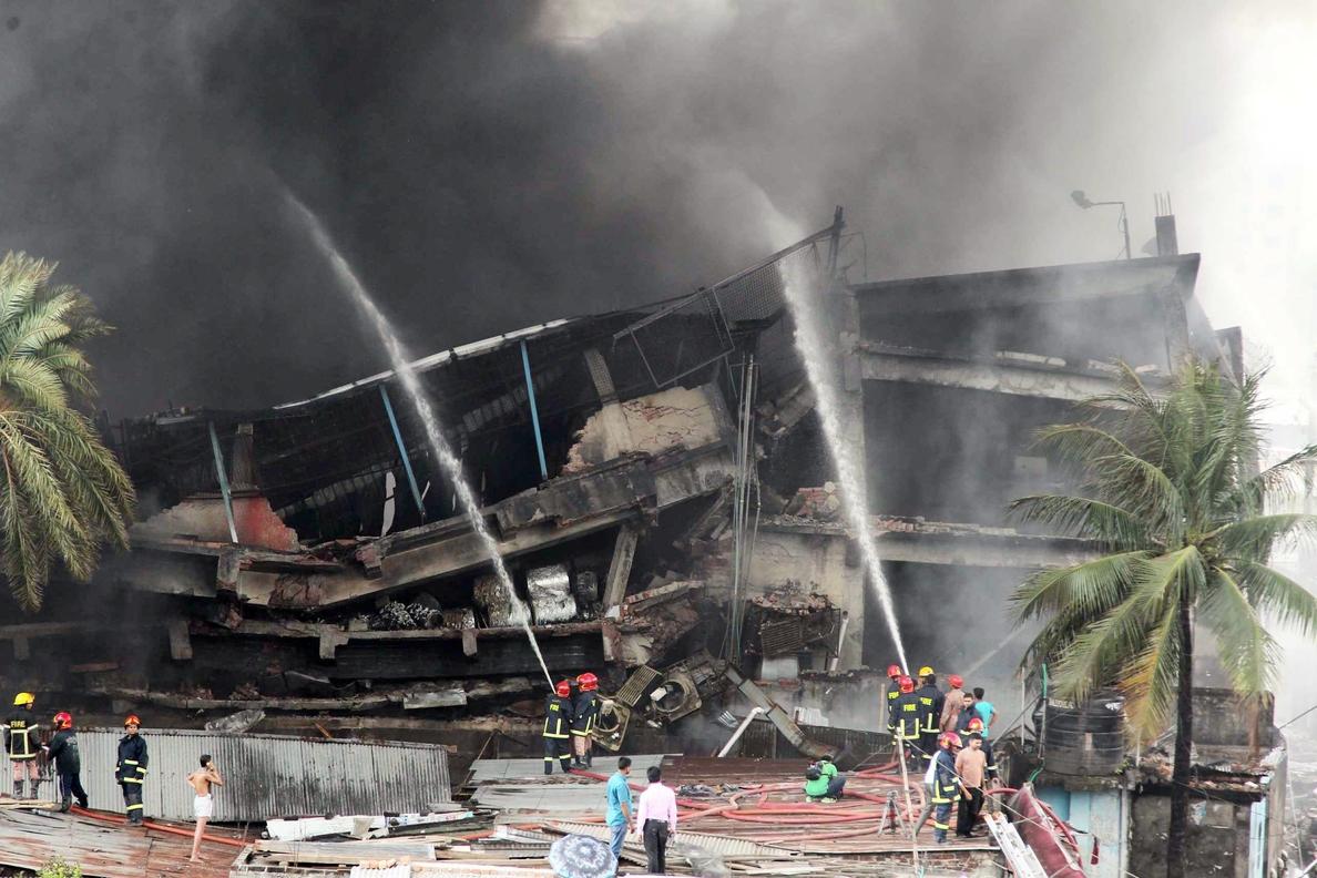 El número de muertos sube a 25 por el fuego en Bangladesh y se teme que aumente