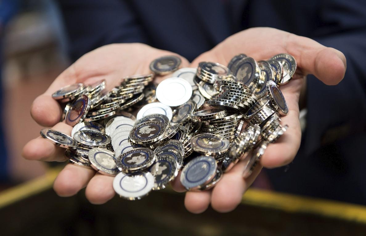 El euro baja hasta los 1,1246 dólares en Fráncfort