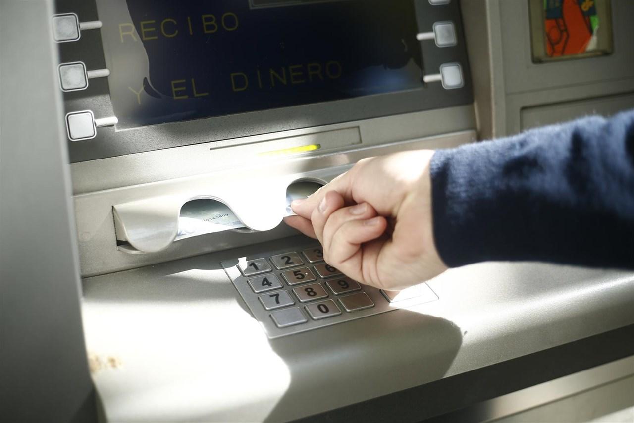 Carmena impone una tasa para los cajeros automáticos que están en la calle