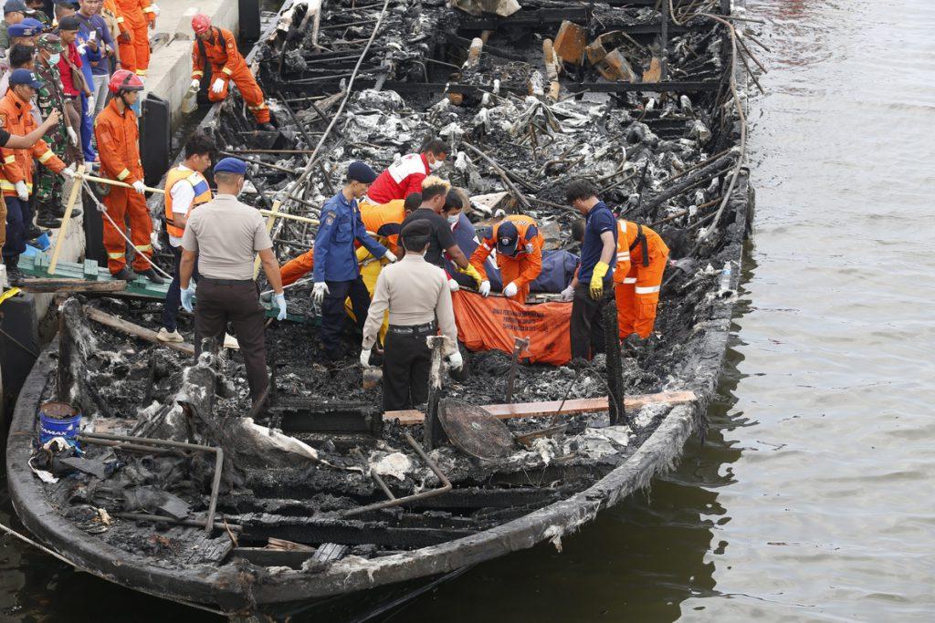 Al menos 4 muertos y 95 rescatados en el incendio de un barco en Indonesia