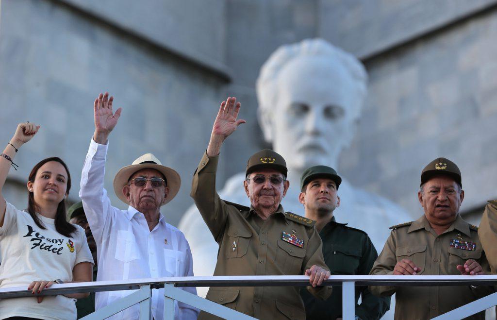 Comienza en La Habana un masivo desfile militar por los 58 años de la Revolución