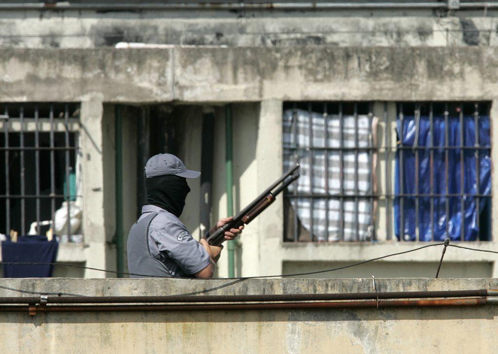 Rebelión en cárcel brasileña termina con al menos 50 muertos