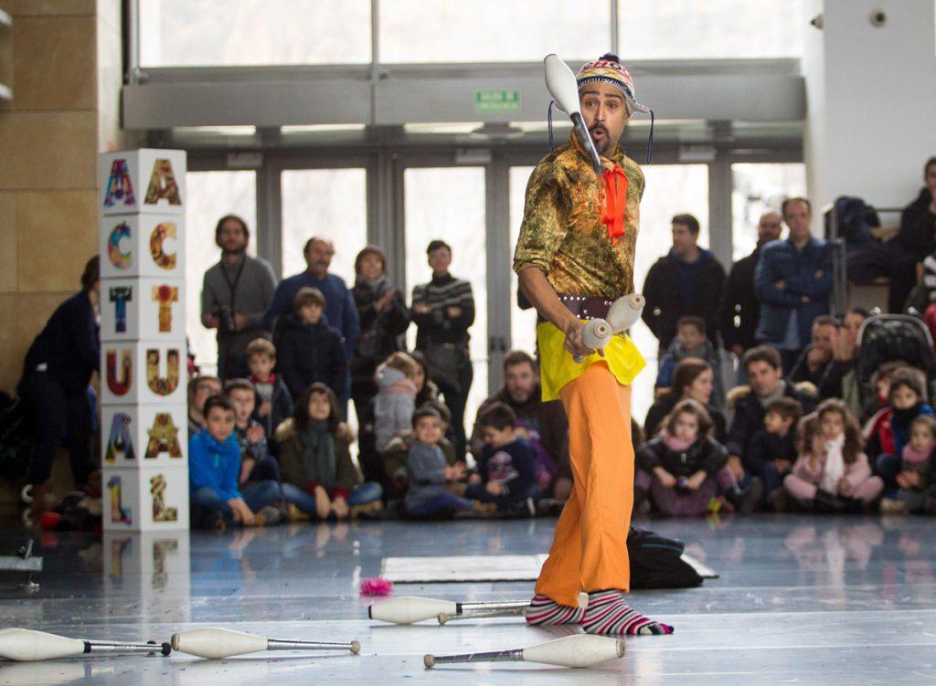 Un espectáculo circense de equilibrismo y malabares abre Actual 2017