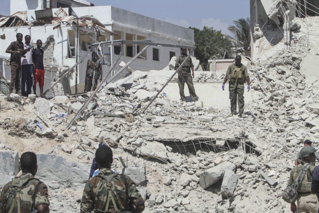 Al menos 3 muertos en un atentado con coches bomba en un hotel de Mogadiscio