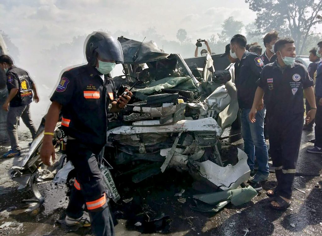 Al menos 25 muertos al colisionar dos vehículos en una carretera de Tailandia