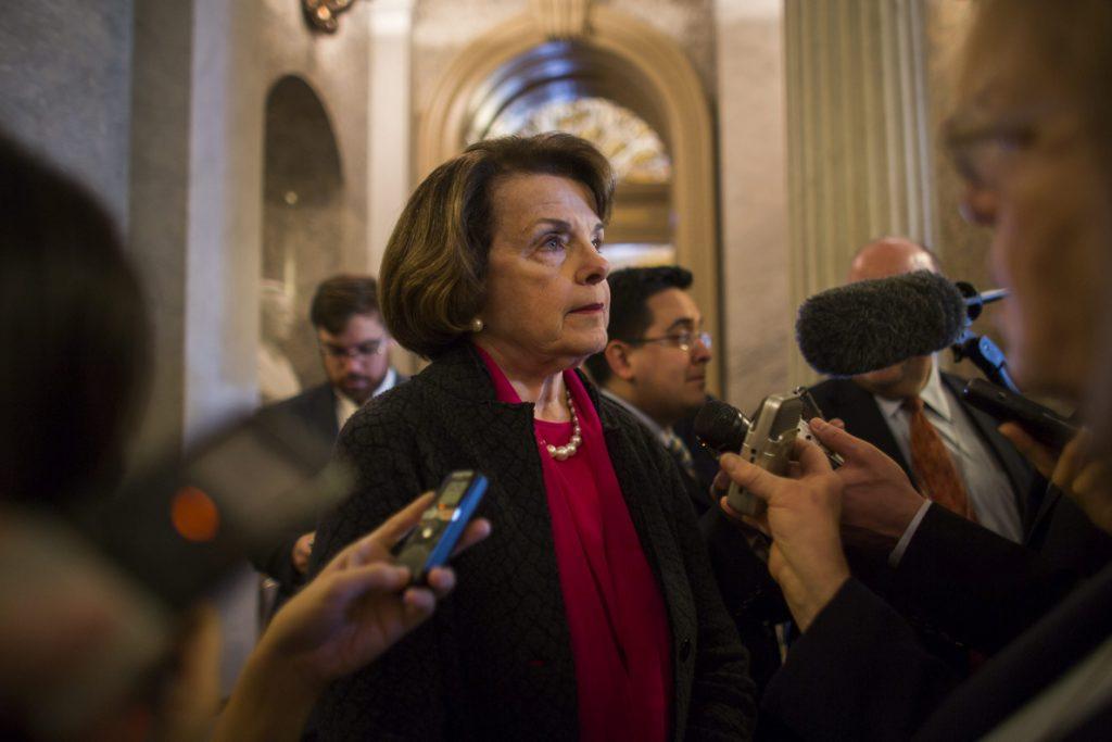 Demócratas presentan proyectos de ley para acabar con prohibición de Trump