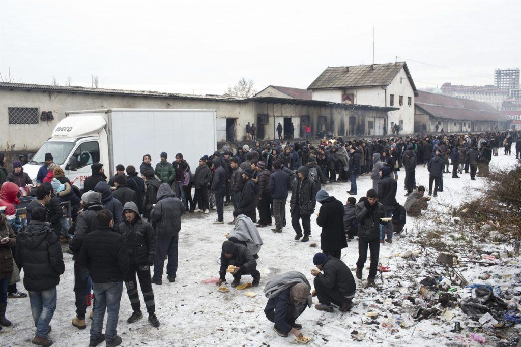 Belgrado impone el toque de queda en un centro de refugiados tras una agresión a una mujer