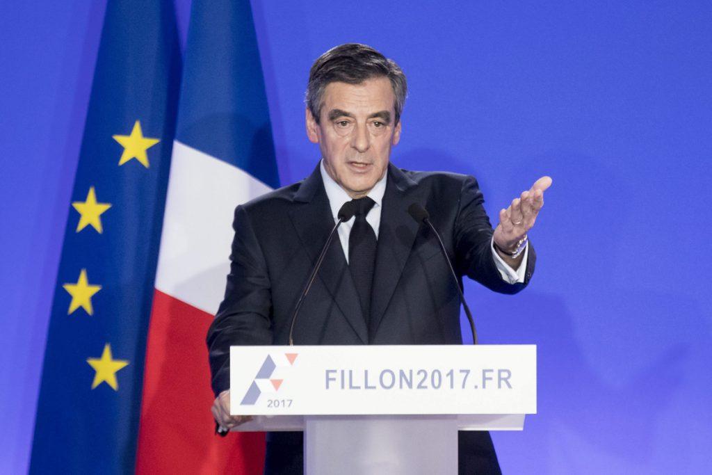 Fillon mantiene su candidatura al Elíseo y pasa a la ofensiva