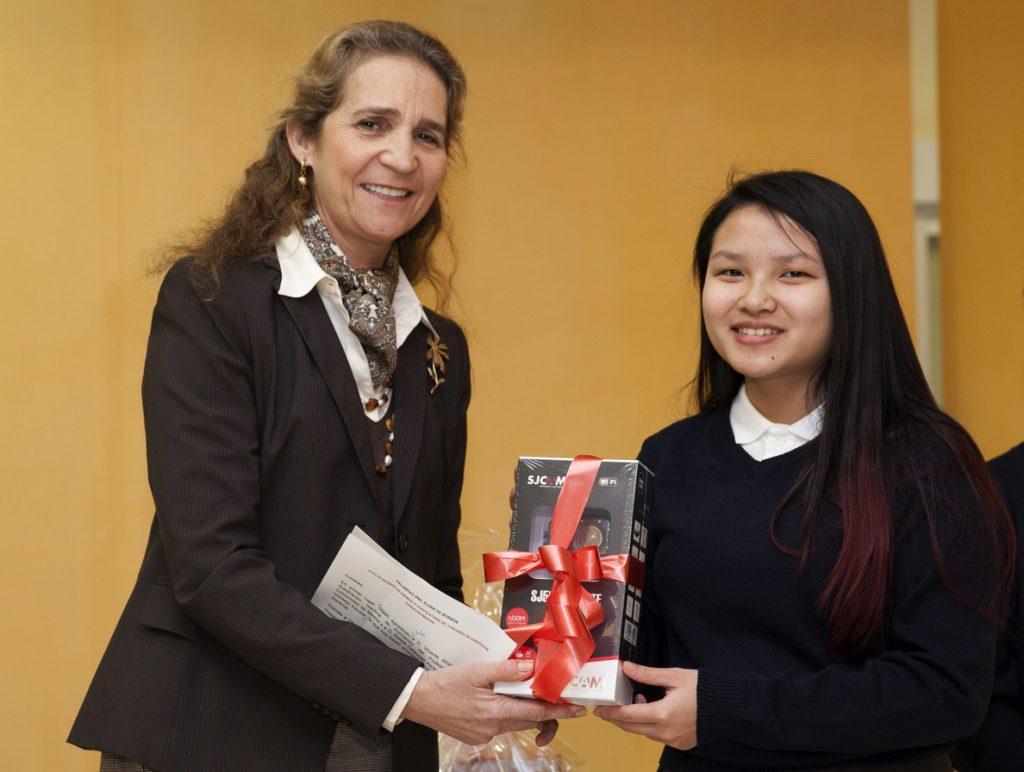 Doña Elena entrega el primer premio del concurso de cuentos de la Fundación Mapfre
