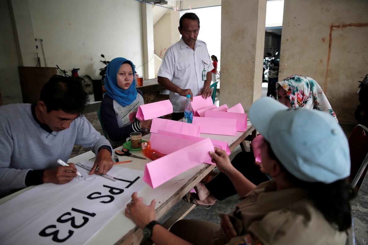 Abren los colegios electorales de siete provincias de Indonesia con el foco puesto sobre la capital