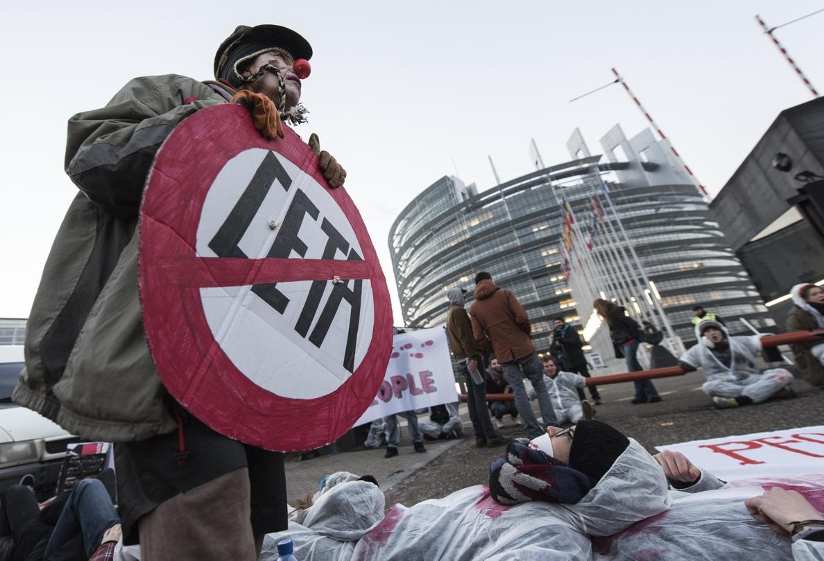 Activistas protestan en las puertas de Eurocámara contra el CETA