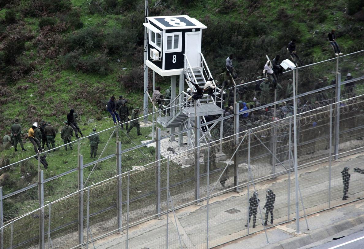 Más de 400 inmigrantes saltan la valla de Ceuta y logran entrar en España