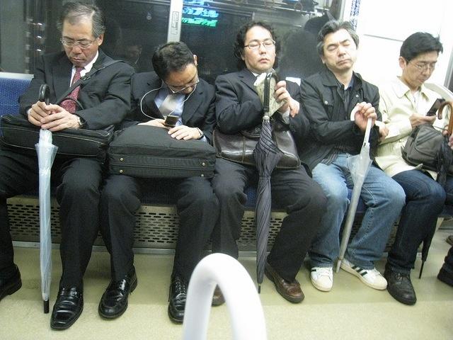 Japón limita las horas extras a «solo» 100 al mes para evitar más suicidios