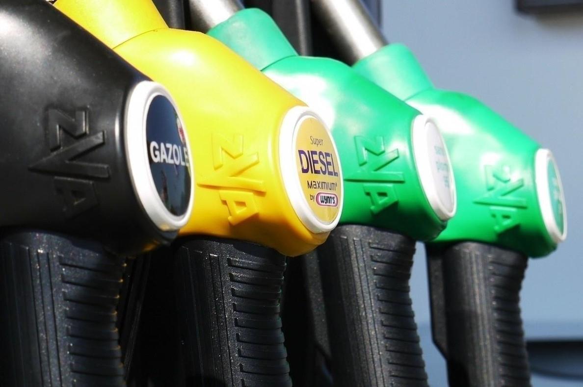 Los precios de los carburantes, en mínimos, caen hasta un 4,4%