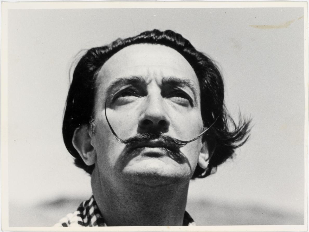El bigote de Salvador Dalí conserva su «clásica postura de las 10 y 10»