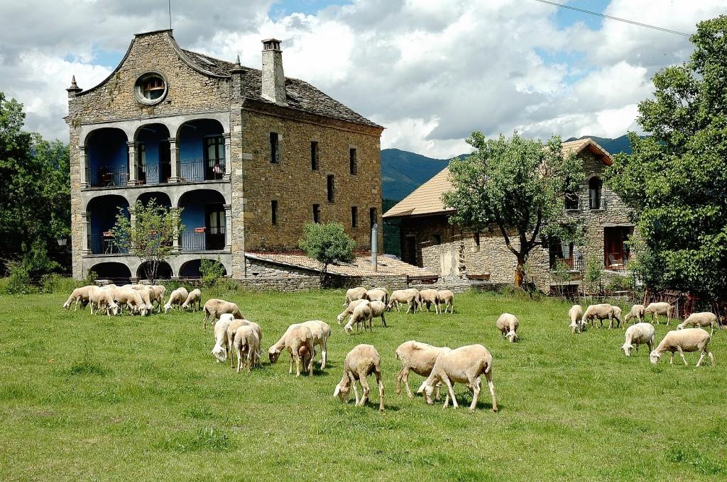 La España rural se muere y se vende muy barata