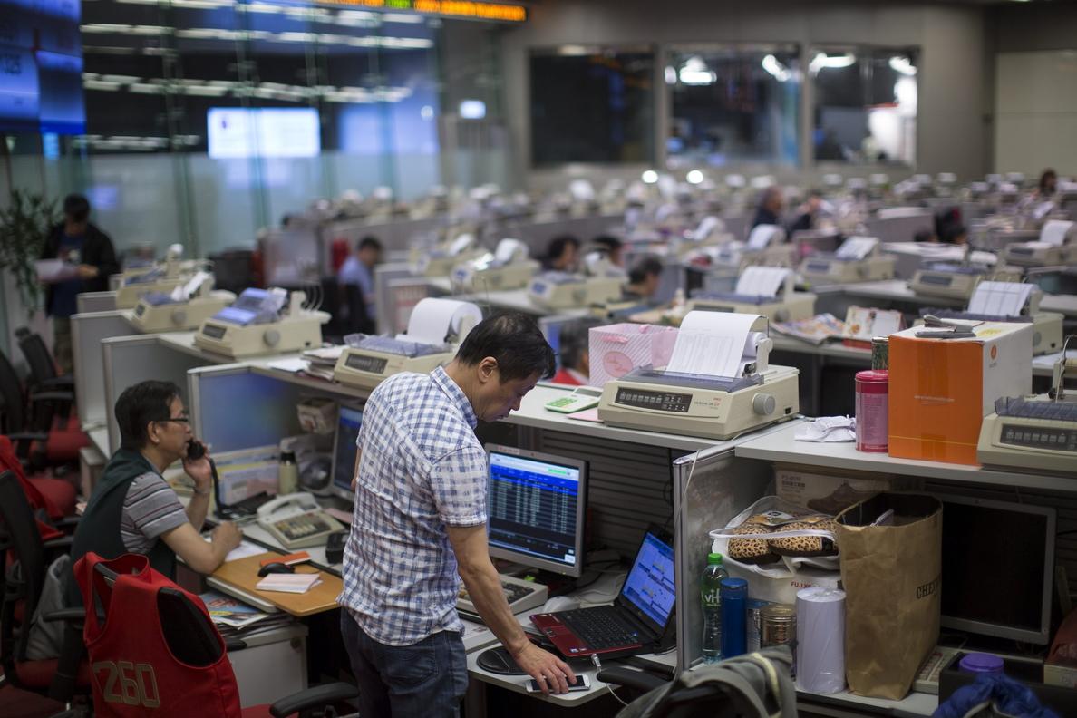 El índice Hang Seng baja 517,62 puntos, el 1,89 por ciento, a media sesión