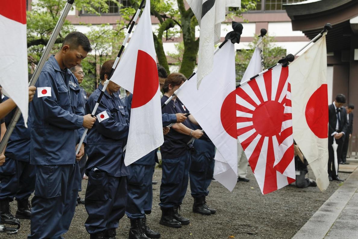 Abe envía una ofrenda al polémico santuario de Yasukuni en el aniversario de la II Guerra Mundial