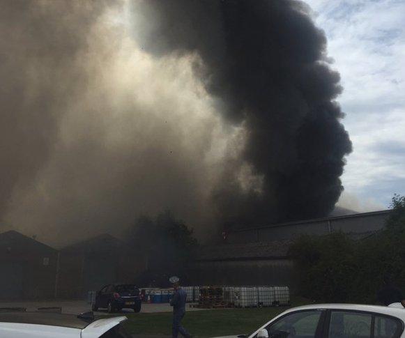 Gran bola de humo tras una explosión en el aeropuerto de Southend en Londres
