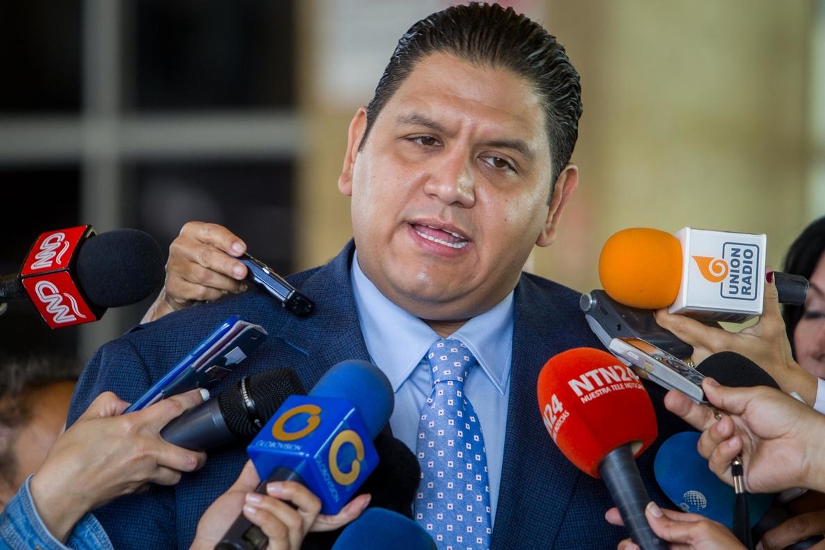 La Constituyente ratifica en su cargo al rector electoral crítico con el chavismo