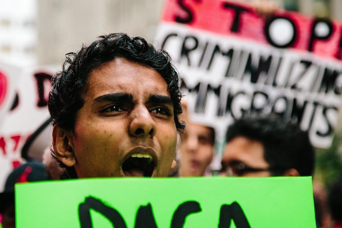 Neoyorquinos se manifiestan a favor de los inmigrantes cerca de la Torre Trump