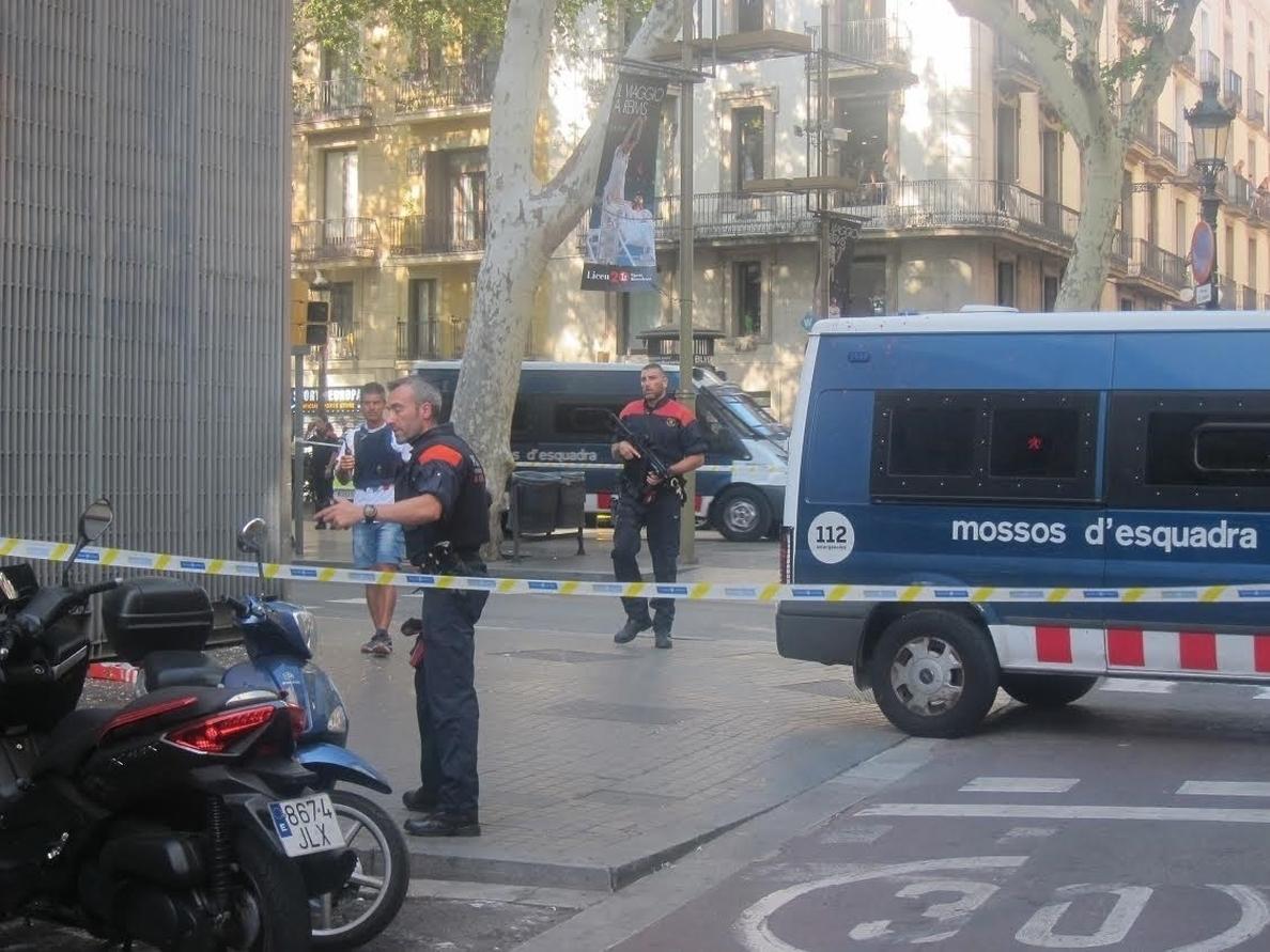 Rajoy informa a Sánchez, Iglesias y Rivera del desarrollo de los acontecimientos