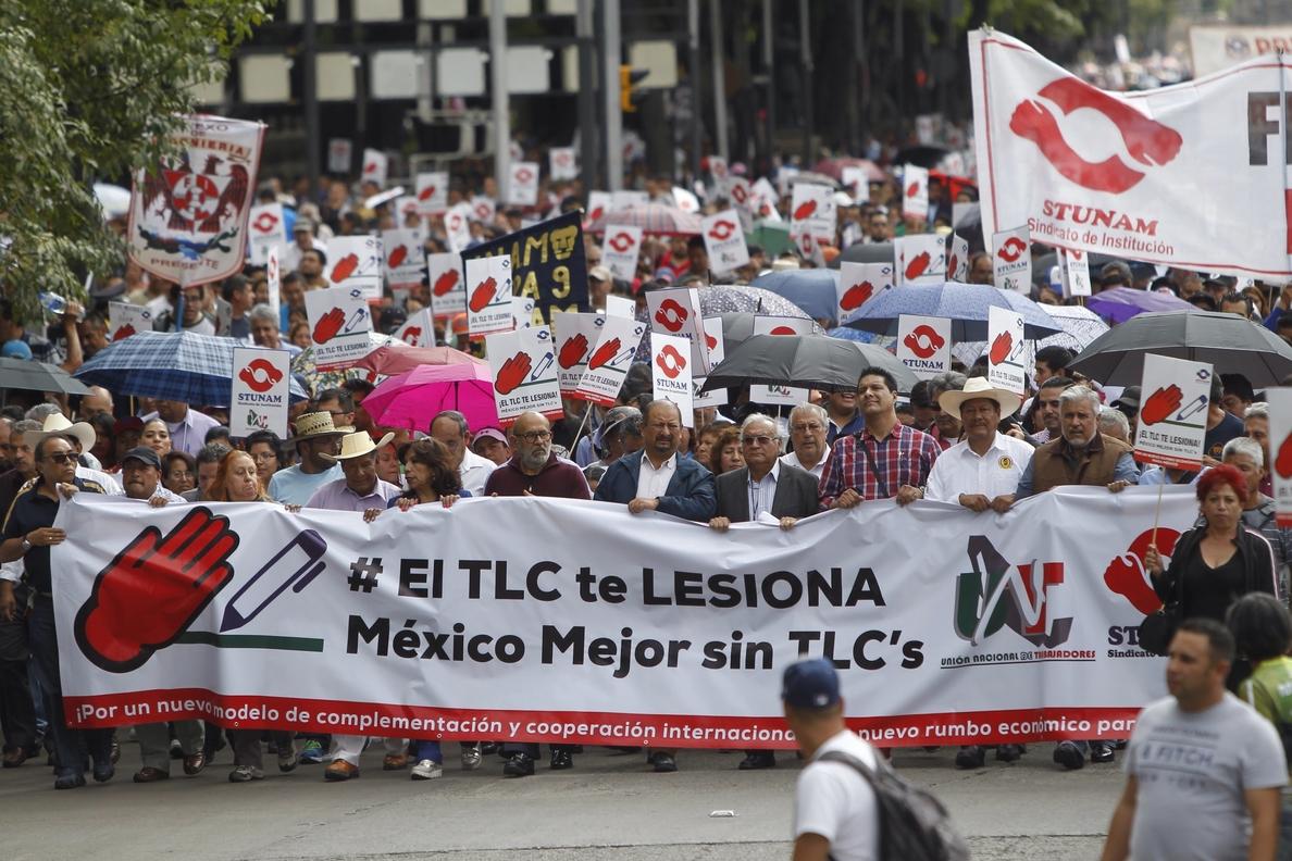 Los mexicanos marchan contra la negociación del TLCAN y lo acusan de empobrecer su país