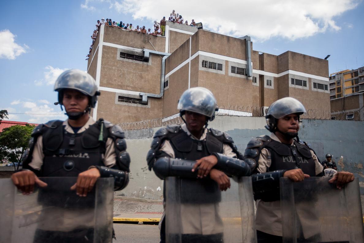 Al menos 37 muertos y 14 heridos en la toma de un penal en Venezuela