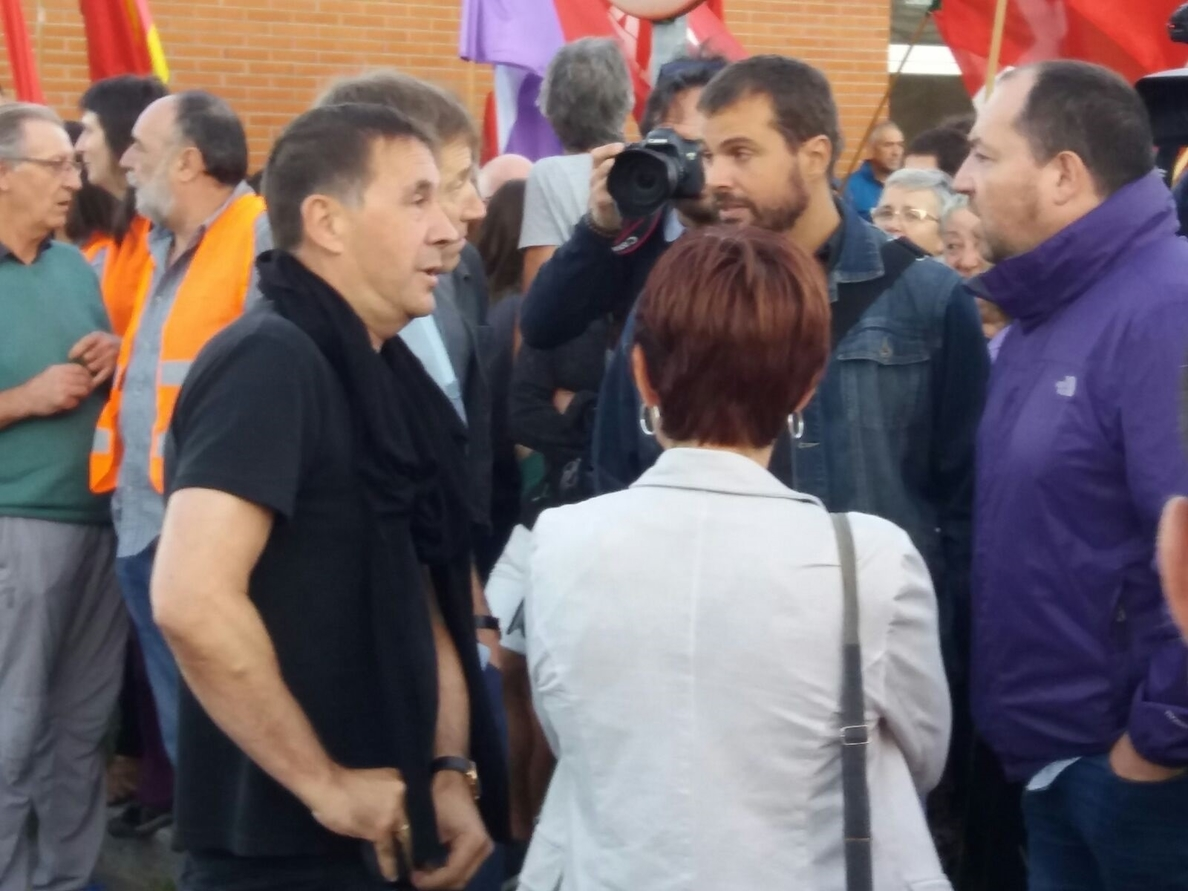 Más de un centenar de personas reciben al exetarra Díaz Usabiaga a su salida de prisión