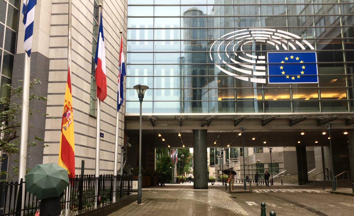 Las banderas de las instituciones de la UE en Bruselas ondean a media asta por Barcelona