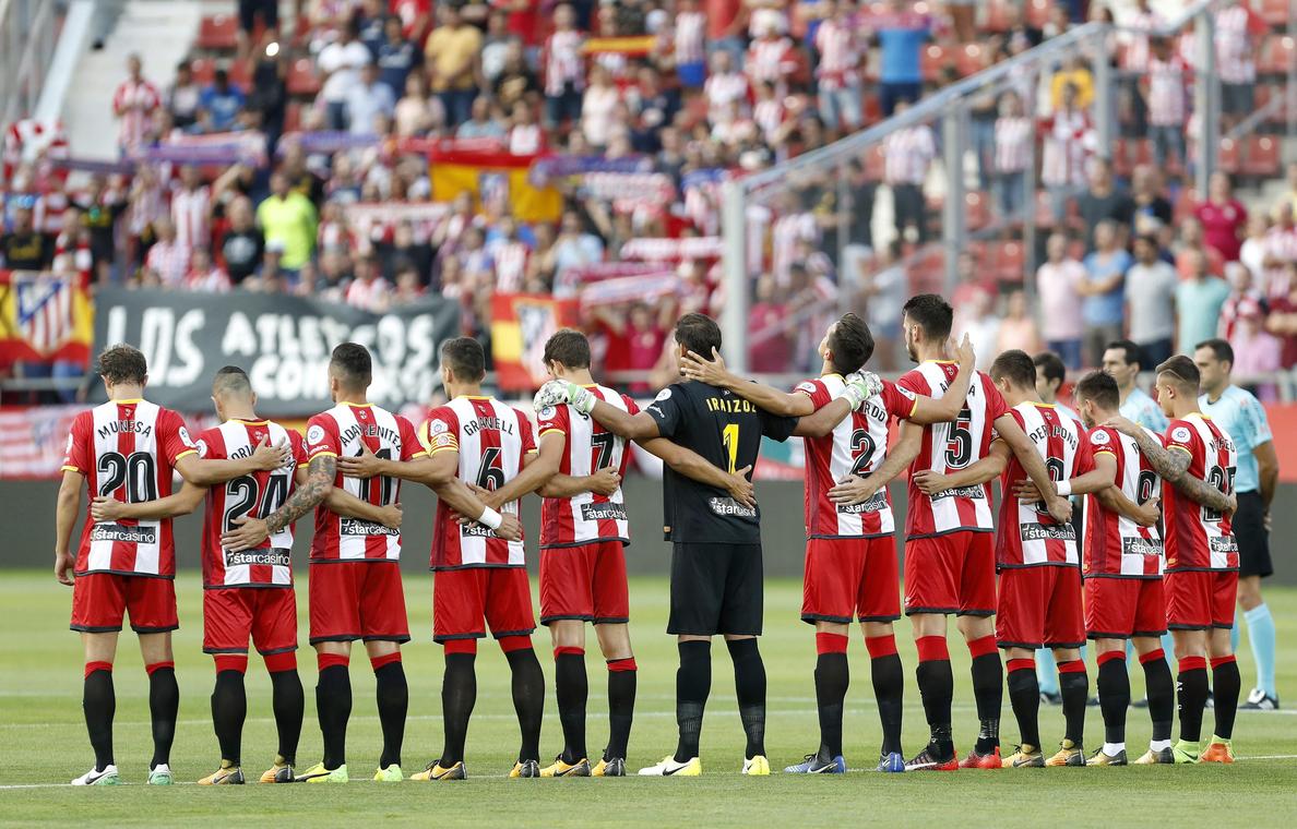 El Atlético rescata un punto con 10 y el Sevilla tropieza en casa