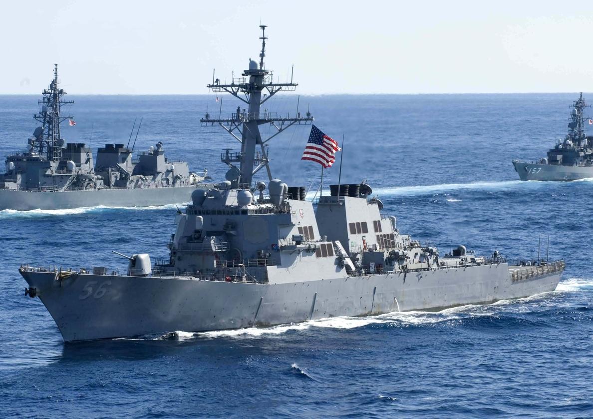 Buque destructor de EE.UU. colisiona con un barco mercante al este de Singapur