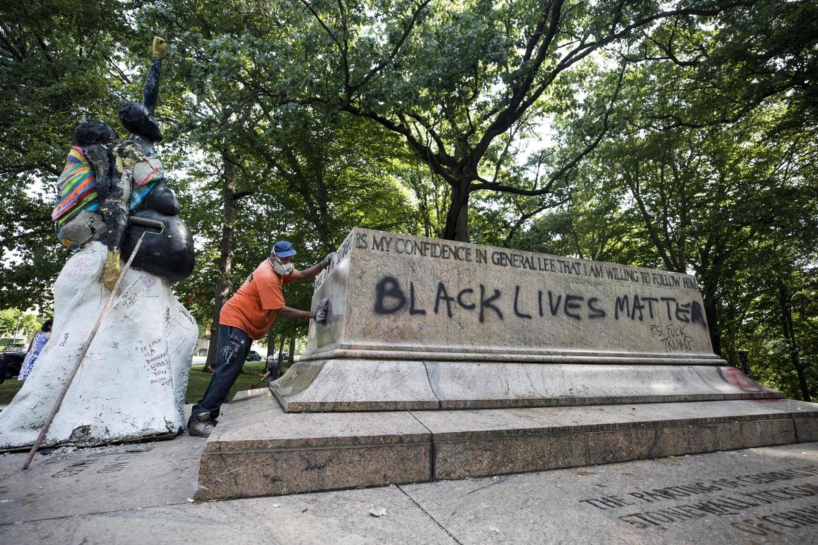 Más de la mitad de los estadounidenses están a favor de preservar las estatuas de la Confederación