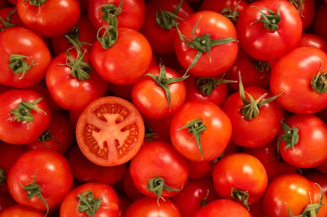 Un solo tomate aporta alrededor del 40% del requerimiento diario de vitamina C, esencial para la piel, según una experta