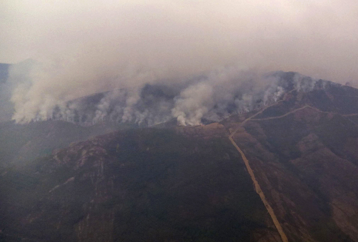El incendio de Encinedo, León, sigue descontrolado y calcina más de mil hectáreas