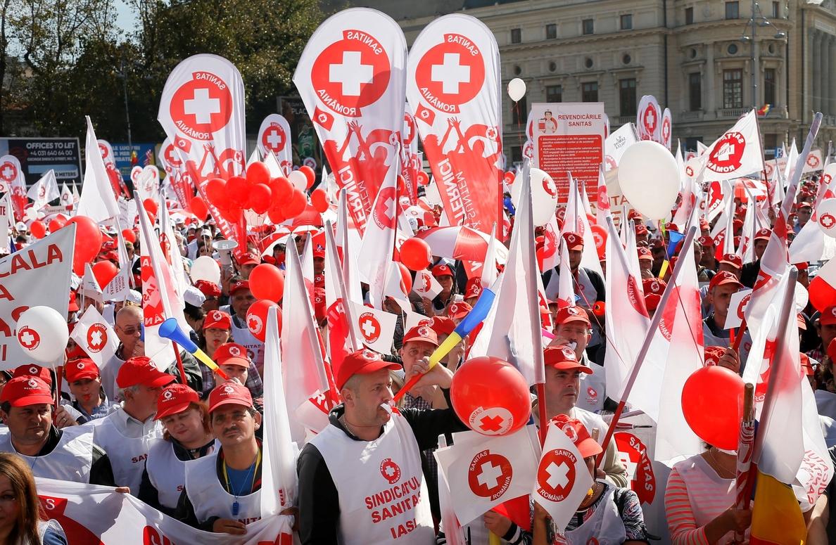 Unos 10.000 médicos protestan en Rumanía contra el recorte de sus ingresos