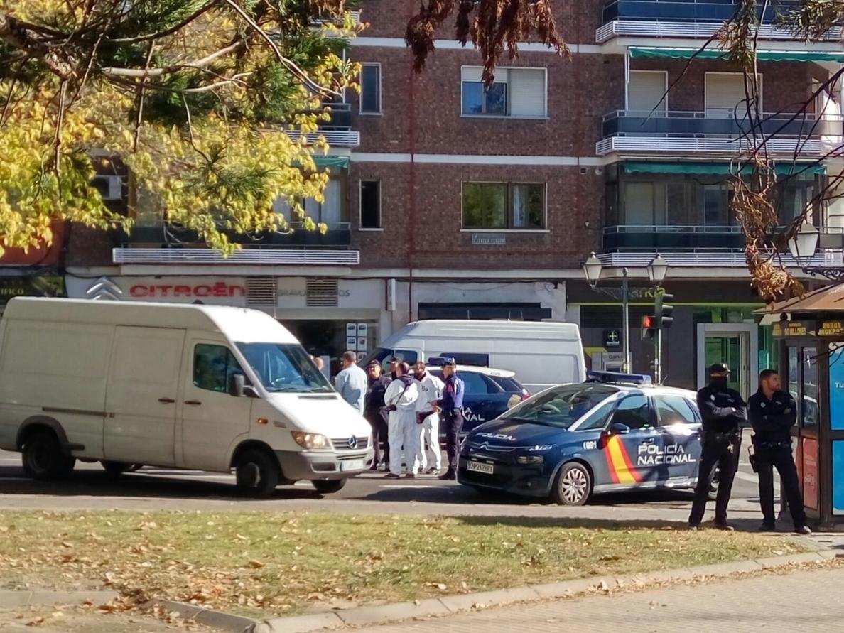 Acordonan el perímetro del banco de Usera (Madrid) para comprobar si el atracador dejó explosivos