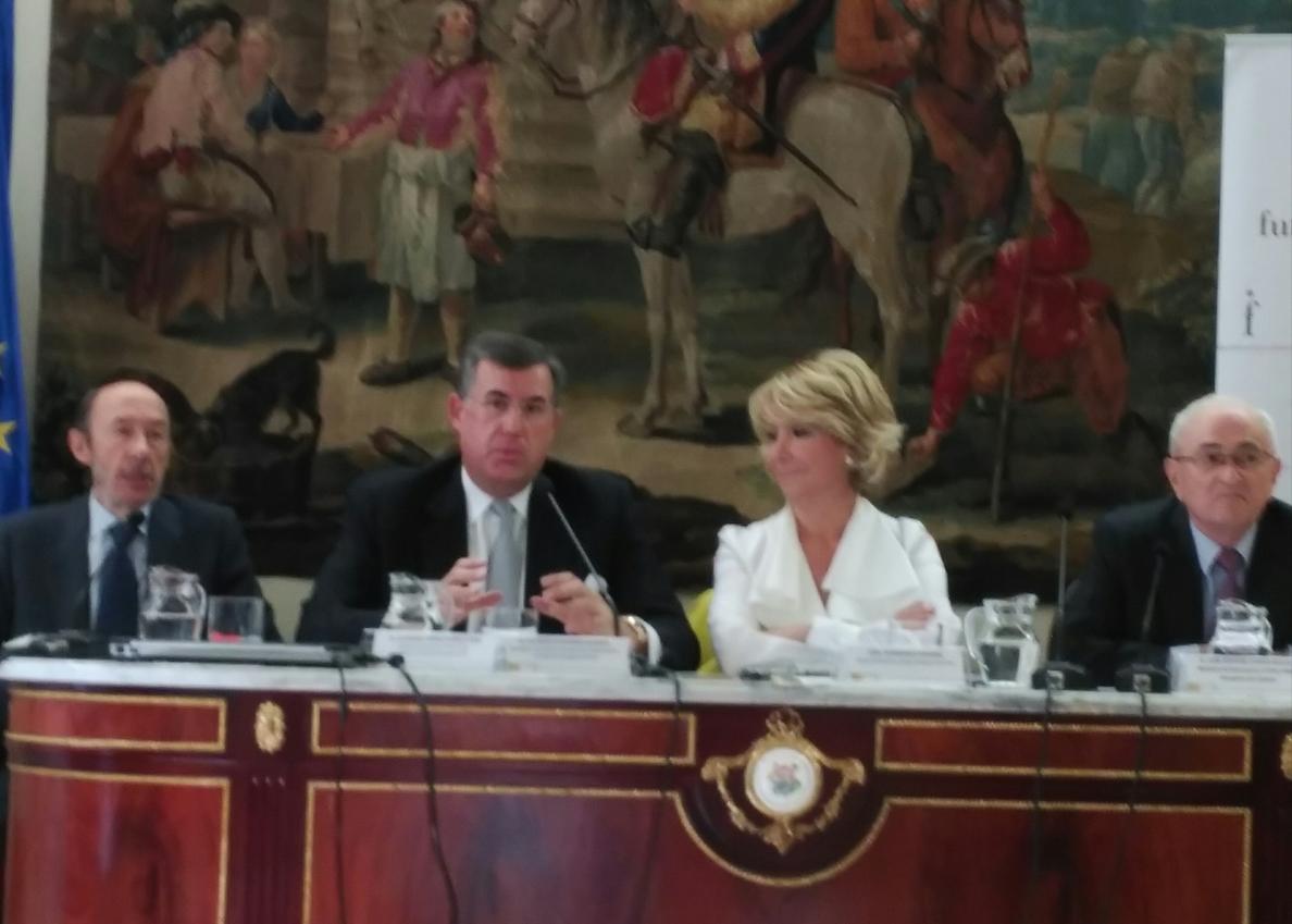 Esperanza Aguirre atribuye el auge del independentismo catalán al adoctrinamiento educativo y Rubalcaba a la crisis