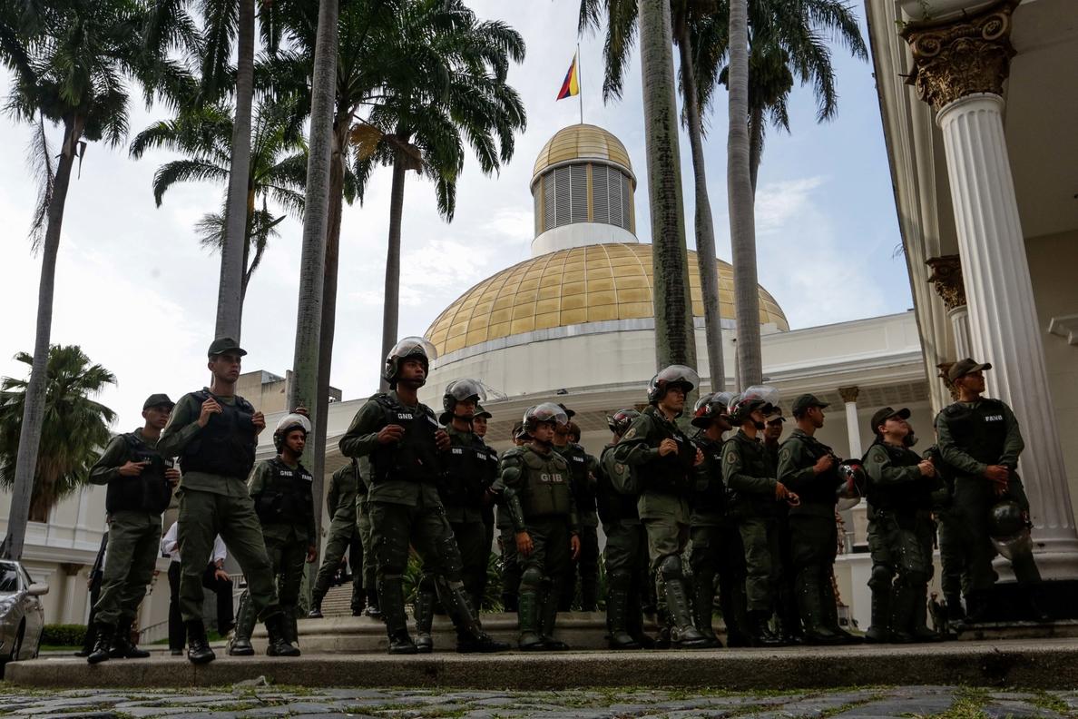 La Guardia venezolana impide a diputados opositores ingresar al Parlamento