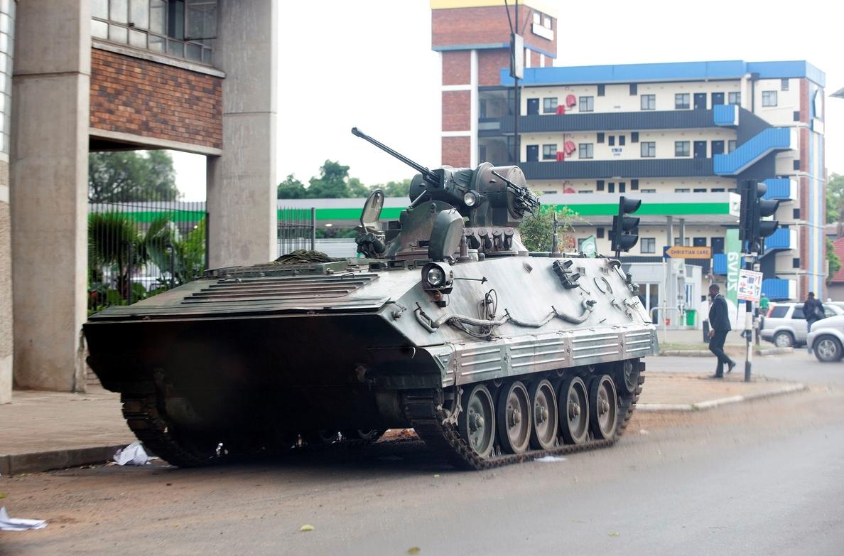Mugabe preside un acto en su primera aparición pública tras el golpe militar