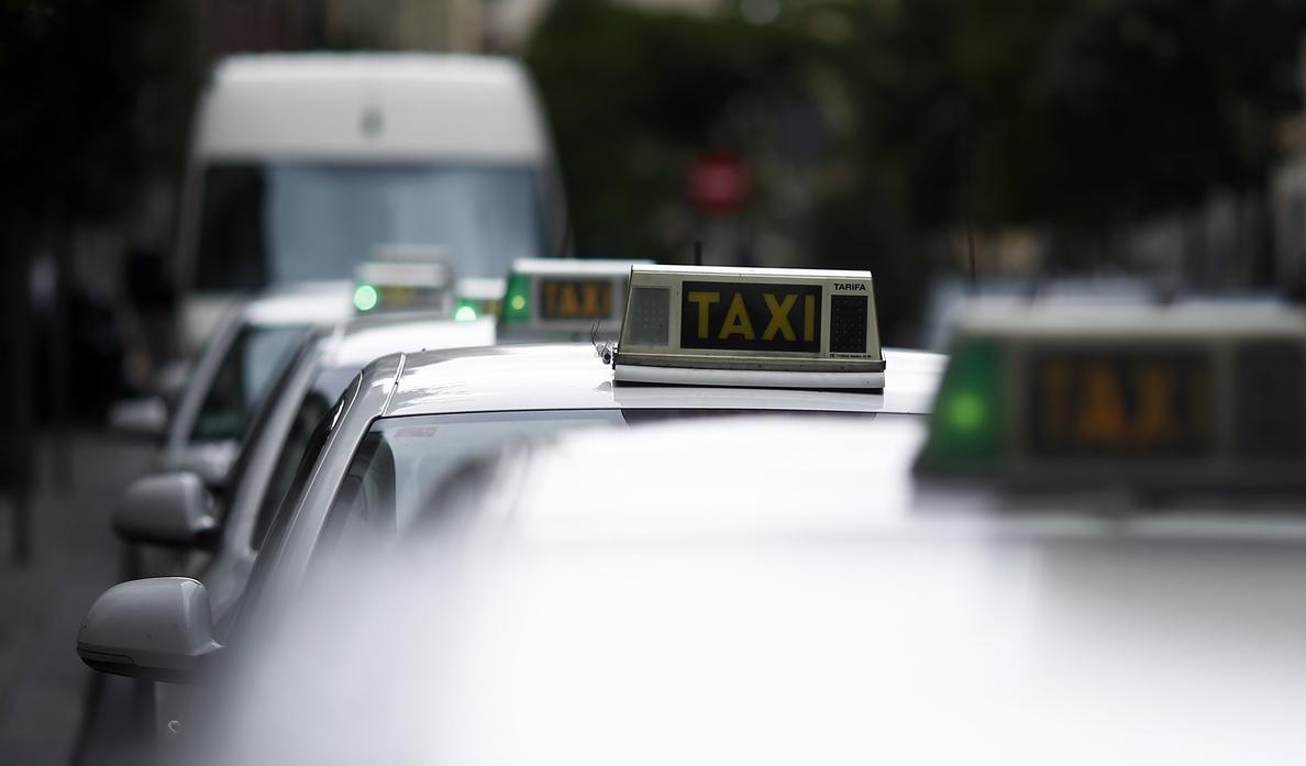 Fomento se reúne mañana con el taxi para atajar el conflicto con empresas como Uber