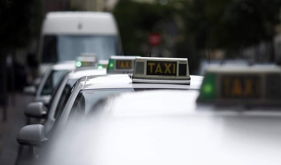 (Ampl.) El taxi sopesa parar en todo el país el día 29 en protesta por las empresas como Uber