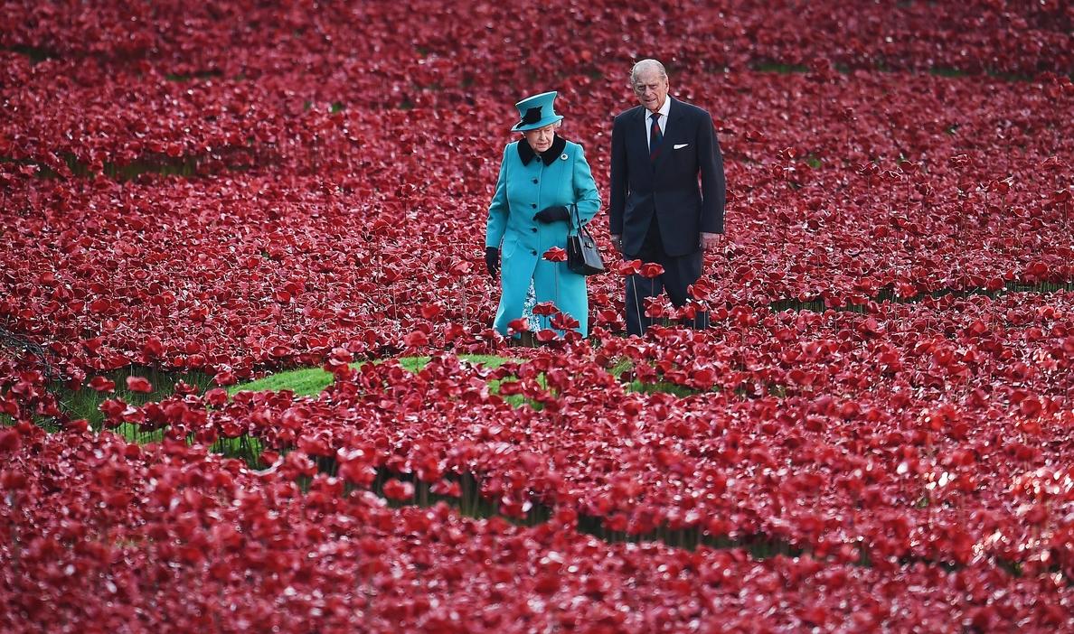 Isabel II y el duque de Edimburgo celebran en privado las bodas de platino