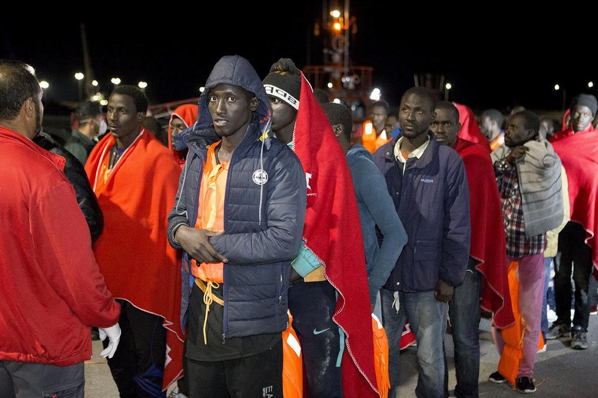 Llegan en buen estado a Motril 69 personas rescatadas de 2 pateras en Alborán